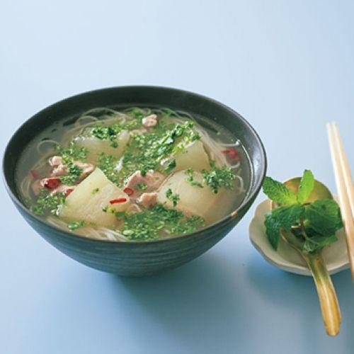 ベトナムのフォーに似た味つけのにゅうめんで、香草の香りに食欲もわきます。
