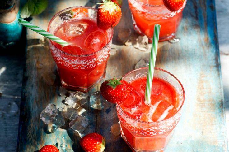 Waarom aardbeien altijd éten? Drinken kan ook, met wat aardbeiensiroop! - Recept - Allerhande