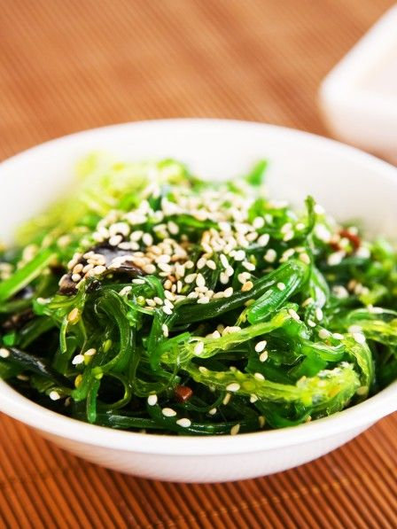 Ob roh, gedünstet oder getrocknet: Algen verfügen über eine sensationelle Mixtur aus Mineralstoffen und Spurenelementen. Weniger bekannt ist  ihre Wirkung auf unser Gewicht: Algen können uns nicht nur gesund, sondern auch schlank machen.