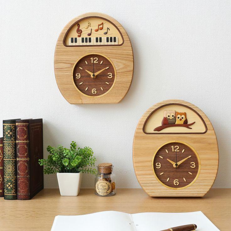 """工房 ペッカー タモ掛置時計 ふくろうは「不苦労」と当て字をし縁起物として扱われ、長寿と英知の象徴として愛されている生き物で、この時計にあしらわれたデザインは一切彩色されていません。様々な樹種の色を生かして組み合わせた""""寄せ木細工""""で仕上げられました。"""