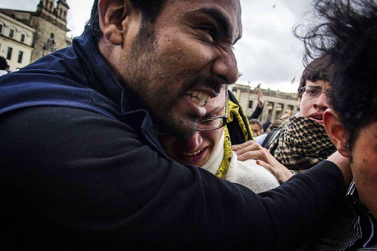 Bogotá, Colombia.  Ph: Carlos Bernate@tejiendo_memoria14/ Tejiendo Memoria  Algunos de los transeúntes en medio de los disturbios fueron atacados por parte del ESMAD.  Alrededor de 15 mil personas se tomaron las calles de la ciudad de bogotá, los manifestantes le reclaman al gobierno la venta de Isagen, el salario mínimo, la liquidación de caprecom y la reforma tributaria.  #TejiendoMemoria#HistoriasDeMiAldea#Bogotá#streetphotography#Colombia#disturbios#protestas#Paro#ESMAD#capturas