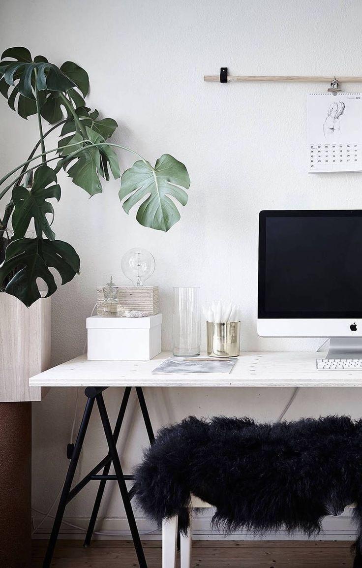 Un coin bureau noir, blanc, vert et rose