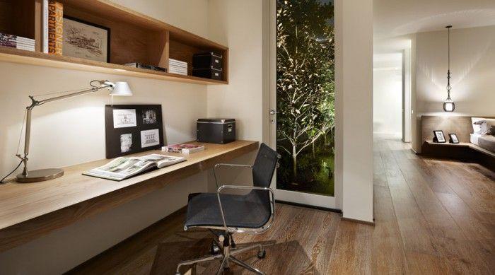 houten werkplek in woonkamer naar raam in noordmuur