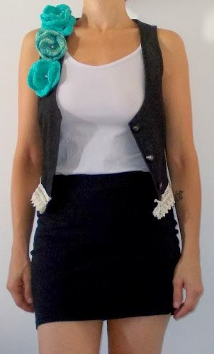 chaleco de jean con detalle de flores de hilo tejidas al crochet, perlas y terminación de broderie