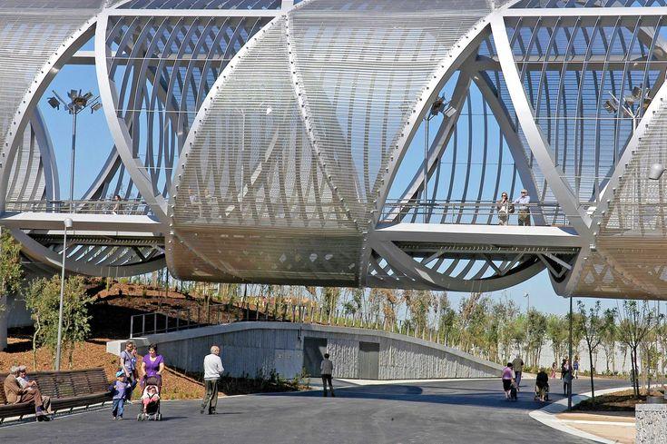 Ponte Pedonal Arganzuela, em Madri, Espanha. Com uma estrutura de um cone, a ponte tem duas espirais de bloqueio de metal, envolvidas por uma fita metálica. Arquitetura: Dominique Perrault Arquitetura. Fotografia: Georges Fessy / DPA / ADAGP.
