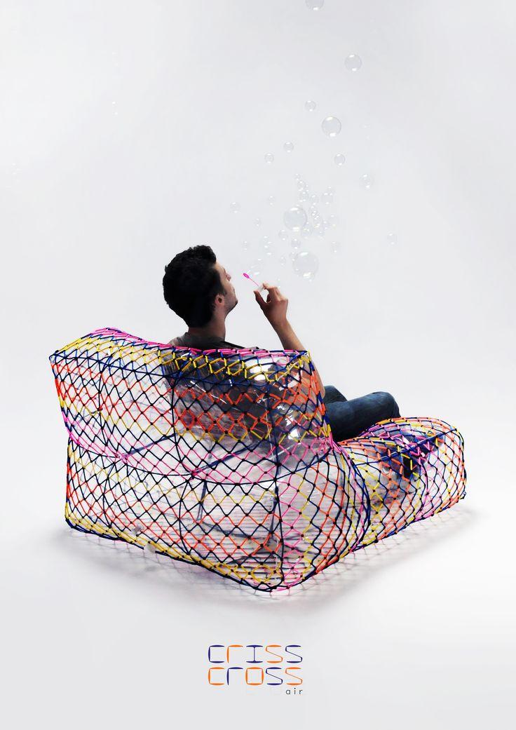 L'assise « Criss Cross Air», design Annouck Bussière.  « Criss Cross Air » est un fauteuil gonflable transparent et enveloppé d'un maillage coloré.  Sa base est constituée de douze compartiments qui permettent de contrôler le déplacement ergonomique de l'air, que ce soit au gonflage ou lors de son utilisation.  L'enveloppe qui contraint la partie gonflée est composée d'une maille de cordages colorés. Enveloppe et structure gonflable sont deux éléments indissociables qui donnent forme à un…