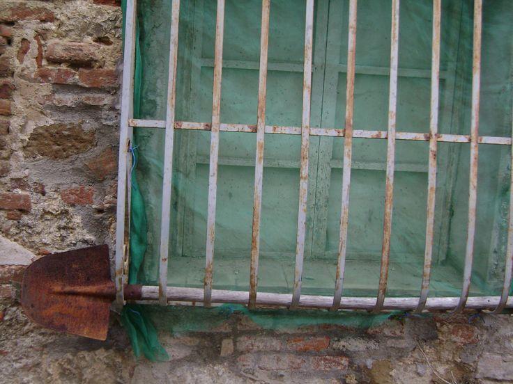 A different way of using a spade in Montepulciano :-)   Un uso diverso della vanga, a Montepulciano! Une autre façon d'utiliser la bêche à Montepulciano!