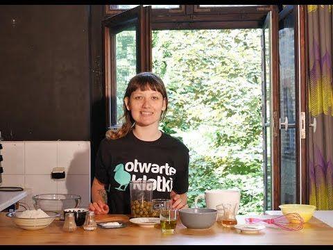 W dzisiejszym odcinku Agnieszka pokaże Wam, jak przygotować idealną imprezową przekąskę - chrupiące trójkąciki z mąki i pomidorów z aromatyczną pastą z zielonych oliwek.   Oczywiście w 100% z produktów roślinnych.