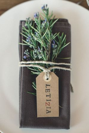 rosemary and kraft tag place card http://weddingwonderland.it/2015/12/matrimonio-intimo-firenze.html