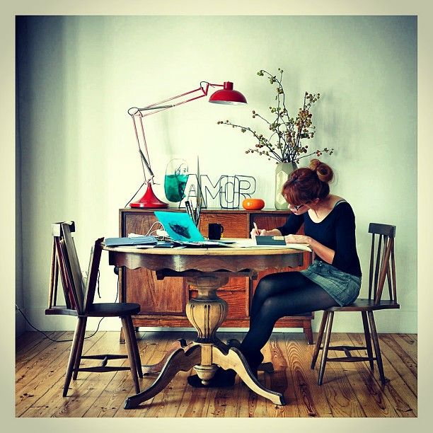 Paula Bonet trabajando. Puedes ver sus ilustraciones aquí: http://gnomo.eu/collections/paula-bonet