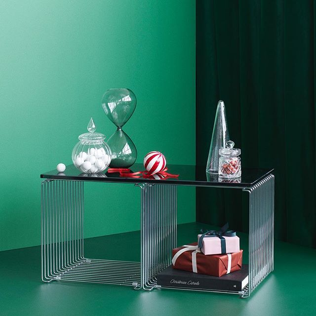 Time for indoor activities. Wrapping presents. Eating sweets. #danishdesign #pantonwire #panton #christmaspresent #christmasdecor #sidetable #shelving #partitioner #wohninspiration #wohndesign