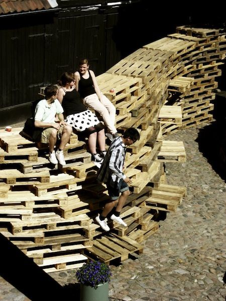 Be Paletto  A temporary pavillon made of 420 overlapped pallets. Project by the students of theAarhus School in Denmark.  To learn more: bepaletto.blogspot.com/