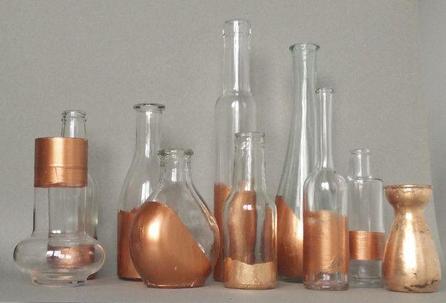 Die Vasen (Set aus 10 Vasen) sind in liebevoller Handarbeit mit verschiedenen Techniken veredelt worden, Acrylfarbe, Schlagmetall oder Kupfersprühfarbe. So bekommst Du auf jeden Fall ein...