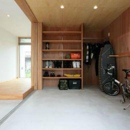 趣味を楽しむ土間の家の部屋 玄関・趣味室