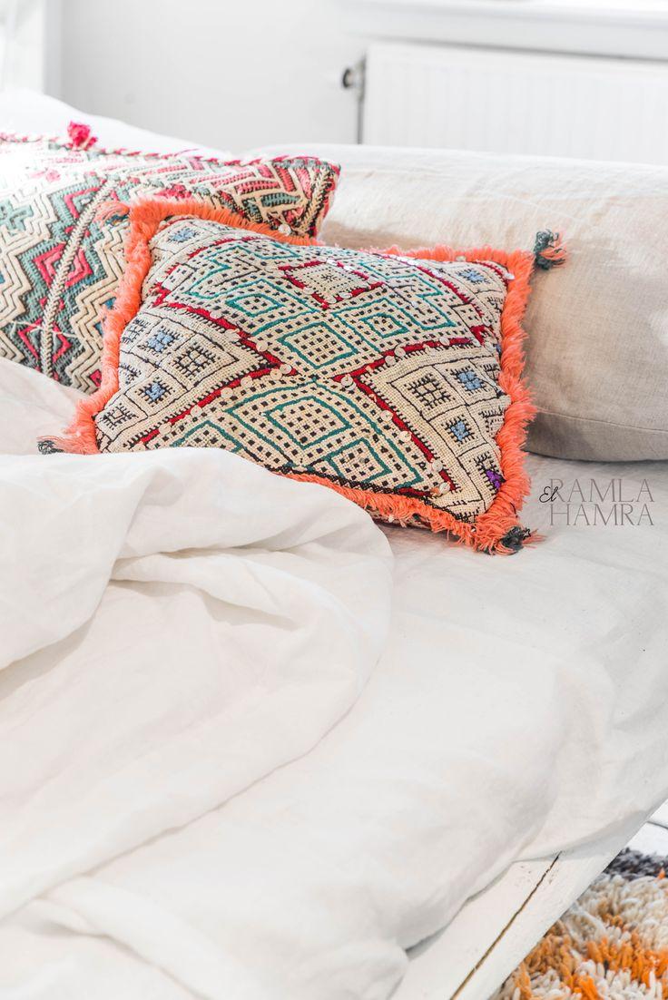 Beautiful vintage Moroccan Berber kilim pillow elramlahamra.nl