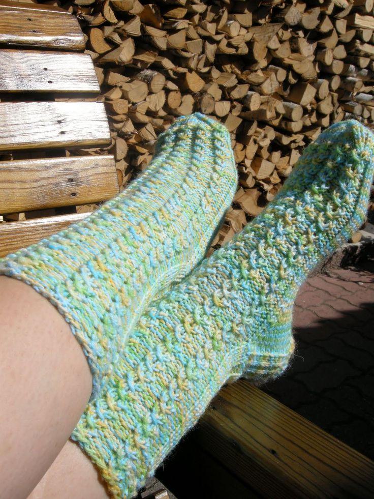 Pitkästä aikaa sukat! Näitä alottelin tossa viime sunnuntaina ja tänään sain valmiiksi. Greyn anatomia on muuten loistava sukanneulomis-ohje...