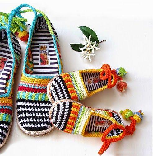 Zapatillas multicolores tejidas al crochet. Son especiales y coloridas. Se tejen al crochet con hilos bien coloridos.