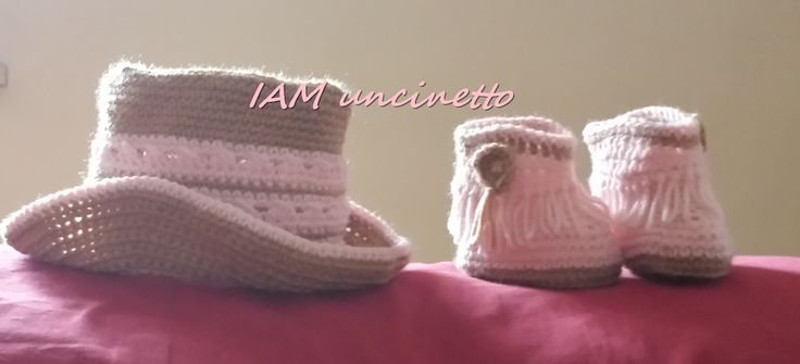 Sono sicura che andrà a cavallo, quindi meglio abituarla da appena nata ad un abbigliamento adatto :D  80% merino, lavorati all'uncinetto, stivaletti e cappello per una splendida neonata. Crochet wool hat and boots for a  new born cow girl! Handmade. Ready to ride! :)