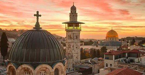 Jerusalén es la capital de Israel y su ciudad más grande y poblada. Situada en los Montes de Judea entre el mar Mediterráneo y la Ribera norte del mar Muerto. Es considerada una ciudad sagrada por tres de las mayores religiones monoteistas: el judaísmo el cristianismo y el Islam. #Israel #Jerusalen #TierraSanta