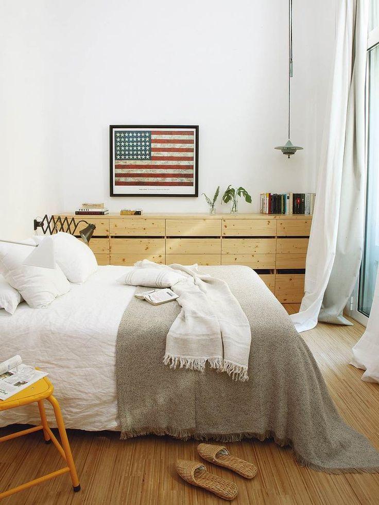 Второй комод в спальне расположен вдоль всей стены рядом с кроватью. Он…