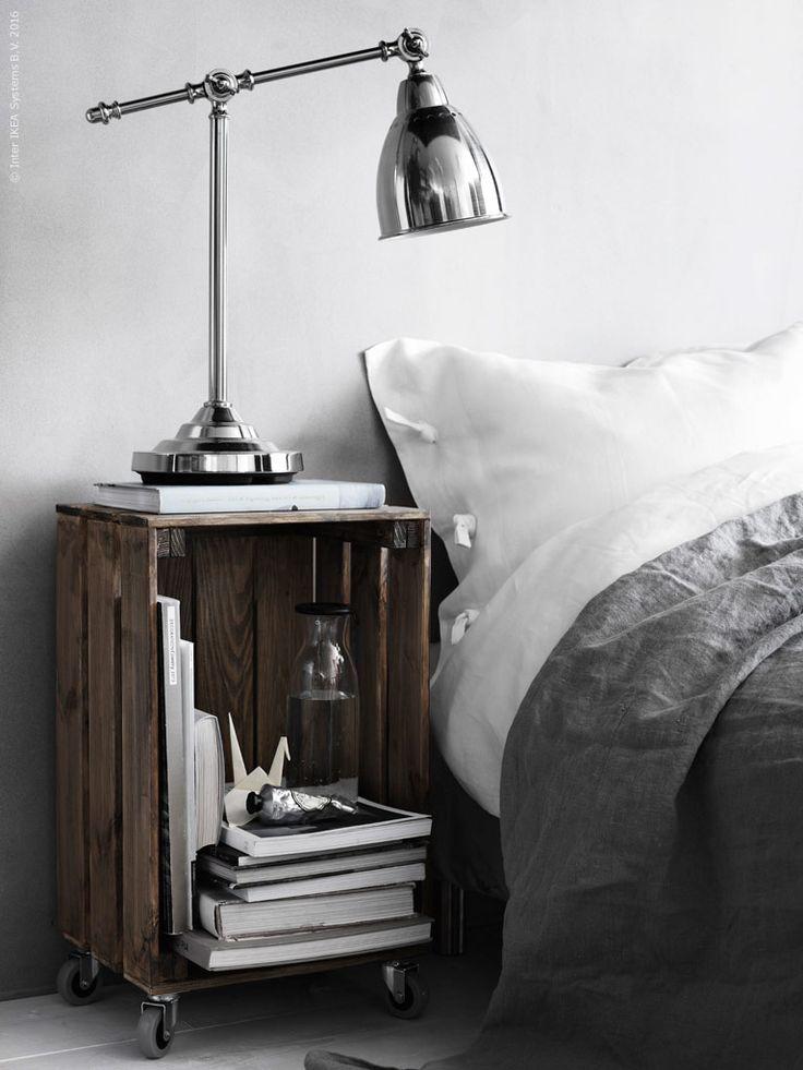 KNAGGLIG låda i furu blir ett enkelt sängbord med RILL Hjul. Lådan är behandlad med en silvergrå vattenbaserad bets för att få en fin patina. BAROMETER arbetslampa, VARDAGEN karaff, LINBLOMMA påslakan. Som överkast tvättat grått linne, AINA meterva.