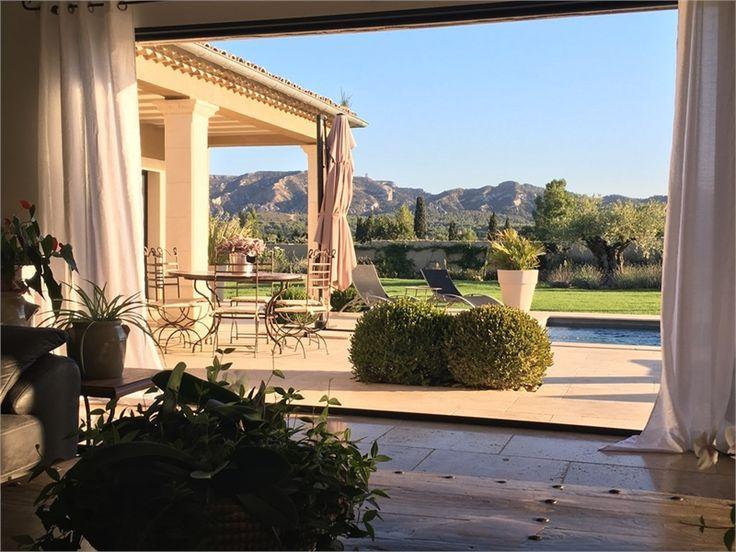 Magnifique villa d'architecte à vendre chez Capifrance à Saint Rémy de Provence !     > 280 m², 5 pièces dont 4 chambres.     Plus d'infos > Anthony Dominguez, conseiller immobilier Capifrance.