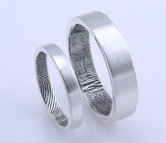Imagen 139 Alianzas de diseño moderno realizadas en plata, con las huellas dactilares de los novios en | HISPABODAS