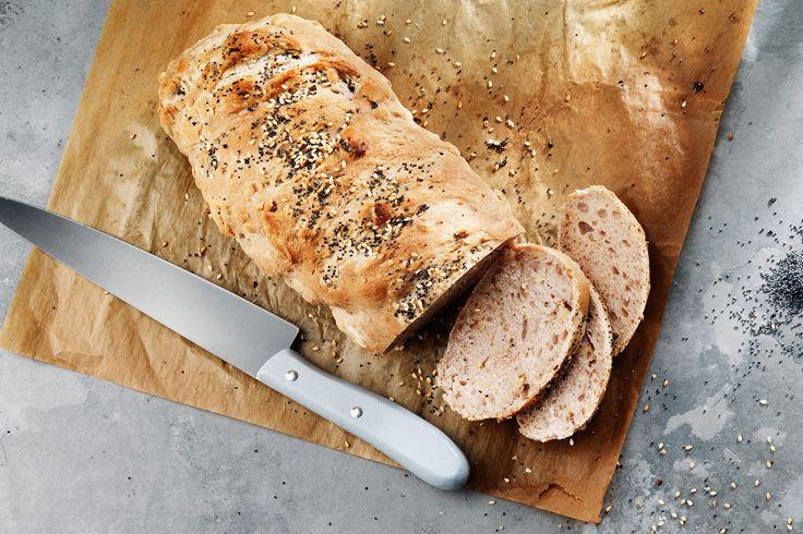 Recept på hur du bakar ett härligt valnötsbröd med vallmo- och sesamfrön.