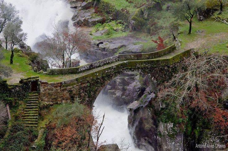 Misarela Bridge, Gerês, Portogallo #bridge #beautifulplaces