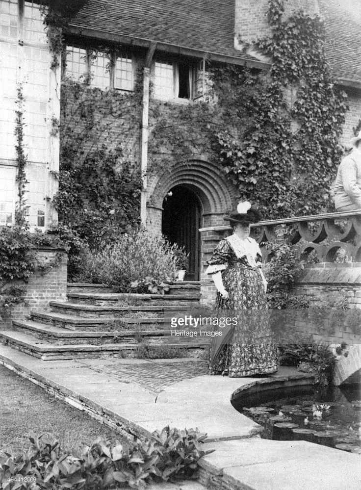 Gertrude jekyll beside the terrace bridge at deanery for Gertrude jekyll garden designs