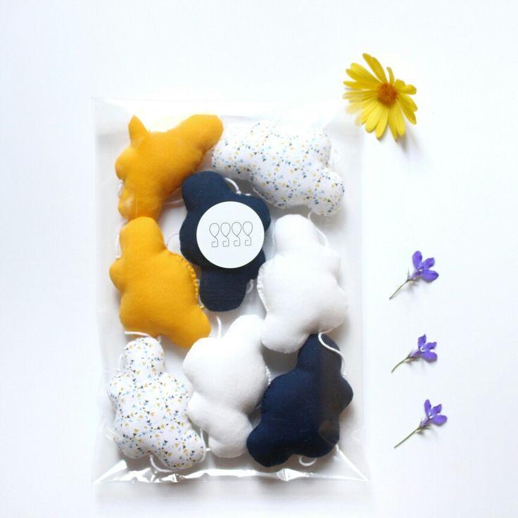 Guirlande de nuages bleu marine, jaune, blanc Ma belle ribambelle  Déco pour chambre d'enfant par la marque Mininelle  Fait main, made in France