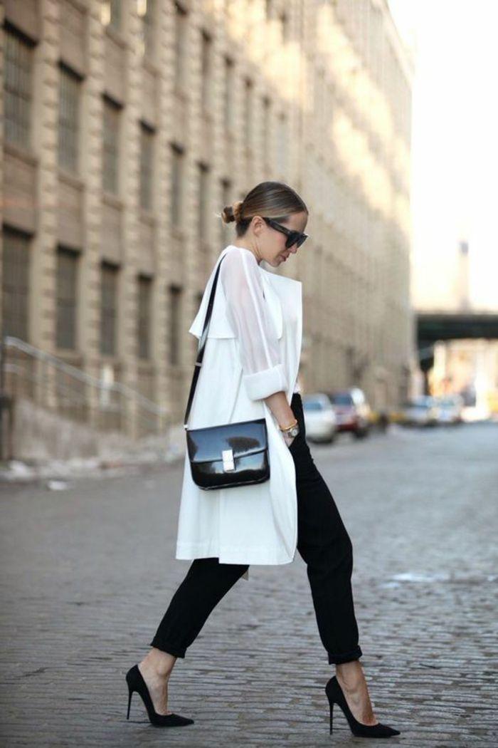 sac bandouliere en cuir noir, talons hauts élégants, chemise longue blanche