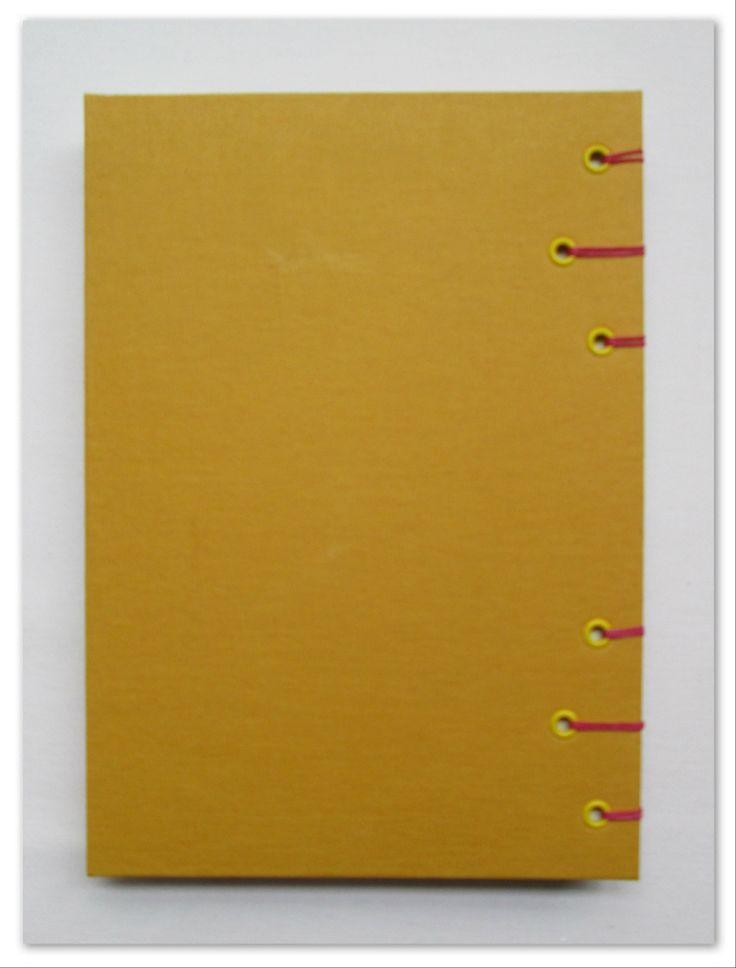 Rombos y amarillo Formato A5. Medidas: 21,5 cm. x 15,5 cm.  80 Hojas lisas, bookcel (color ahuesado). Tela. VENDIDO