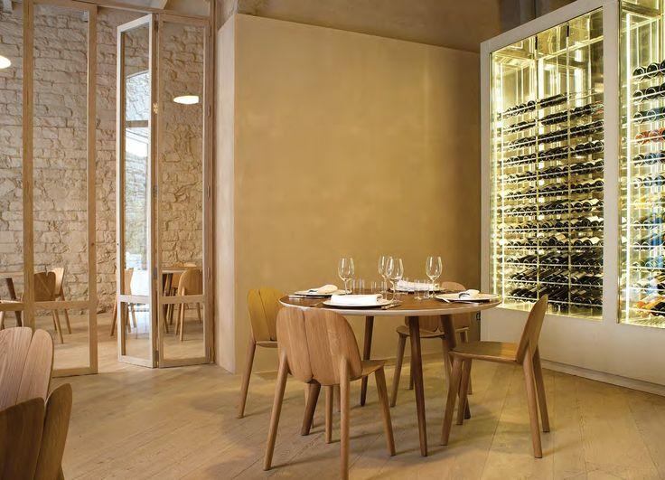 el mobiliario y el piso de madera brindan calidez a los viejos muros del comedor. Ahí, la vitrina de los vinos pone el toque de modernidad.