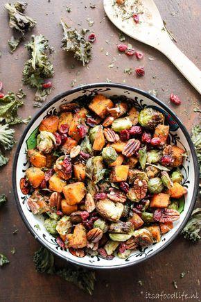 Herfstsalade met geroosterde pompoen en spruitjes. Maar ook met pecannoten, cranberries en boerenkool chips! | It's a Food Life
