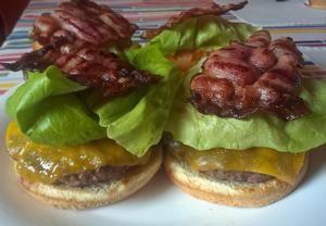 Klasický americký hamburger na grilu Recepty.cz - On-line kuchařka
