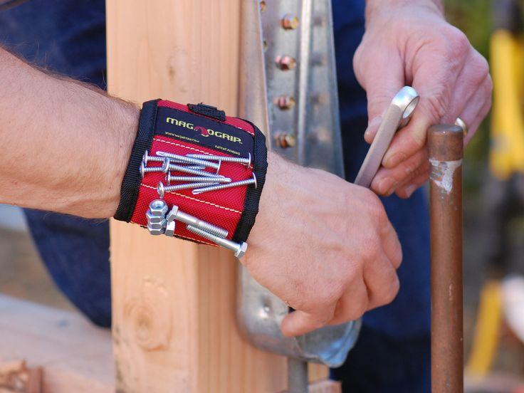 Met deze tool hoef je niet telkens terug in de gereedschapskist te grijpen voor nagels, schroeven en boutjes. De MagnoGrip is een sterk magnetische polsband die metalen voorwerpen netjes binnen handbereik houdt. Je zou er zelfs een hamer mee omhoog kunnen houden. Nochtans voelt het duurzame polyester helemaal niet zwaar om je pols. Veel handen maken licht werk, en op deze manier heb je alvast het gevoel er een derde hand bij te hebben. Kortom, het is het perfecte kado voor elke…