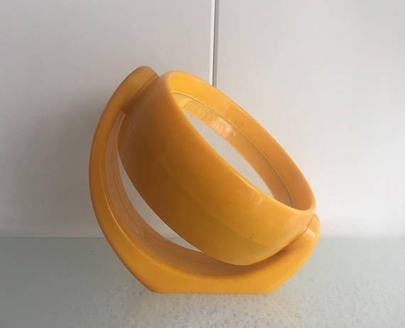 Super cute seventies mirror Yellow (make-up)(shaving) mirror for use on the table or wall mount. both sides has a mirror, one side enlarges the sight The mirror can turn around Marked: V&D - Vroom & Dreesman  Super leuke jaren 70 spiegel Deze gele (opmaak)(scheer) spiegel kunt u neer te zetten, maar ook ophangen. aan 2 kanten zit er een spiegel, een kant vergroot het beeld de spiegel is draaibaar  Ø16cm L18,5cm x 18,5 cm x 6cm  Gewicht zonder verpakking 425gram  We can combine shipmen...