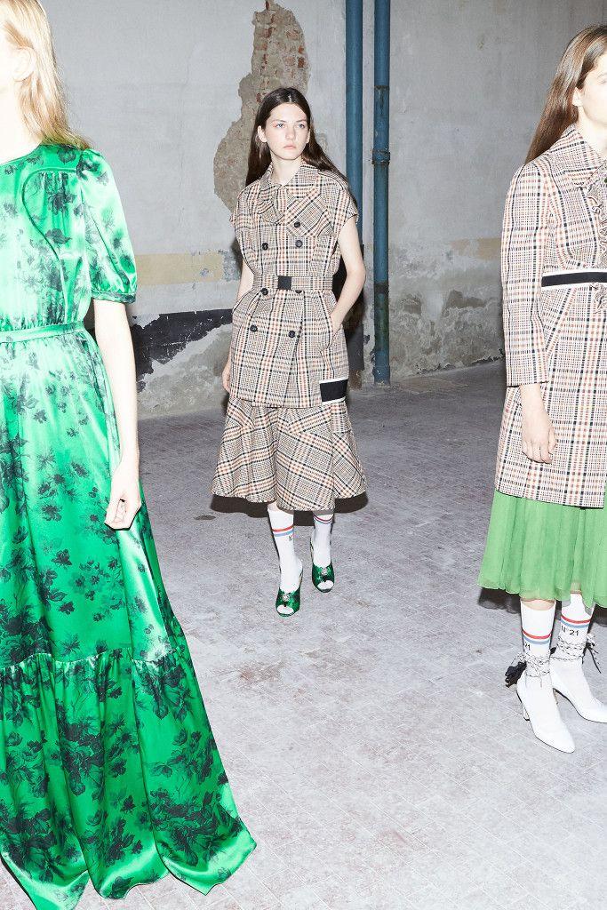 「ヌメロ ヴェントゥーノ(N°21)」が2018年プレ・スプリング・コレクションを発表した。