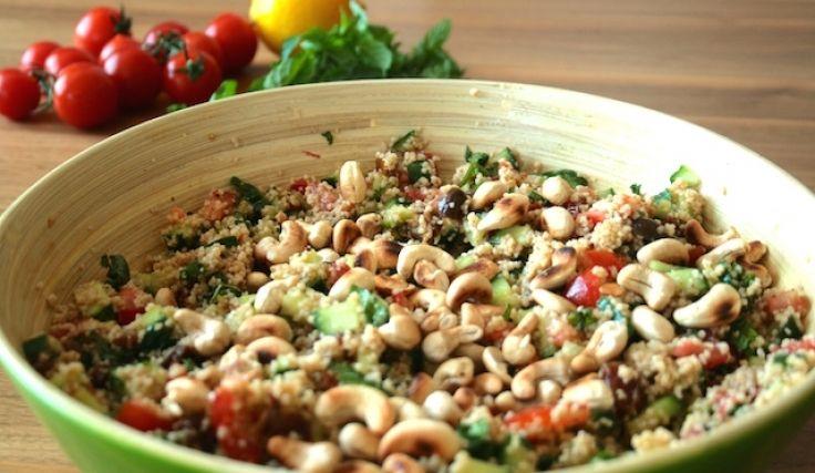 Couscous Salat mit Tomaten und Gurke - orientalisch gewürzt mit Ras el-Hanout und Datteln