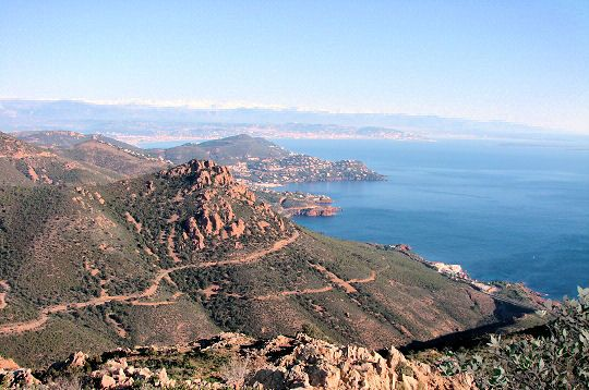 L'Esterel is a low altitude massif which is in Provence, whose highest point is Mont Vinaigre, only 616 m. The mild climate allows tropical plants such as palm trees to flourish among the local species, such as olive trees, oleanders and other heathers.