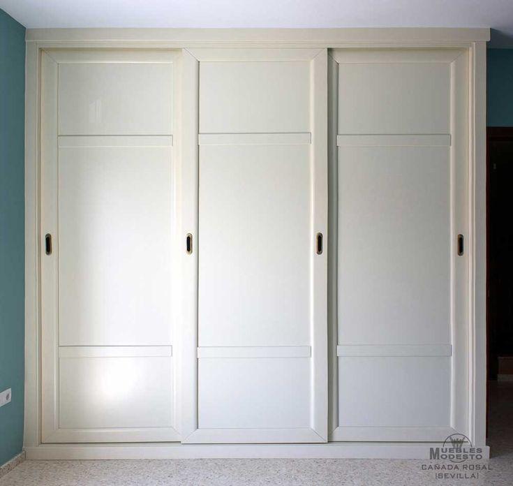 Armario empotrado de puertas correderas en color blanco roto o beige, realizado sin obra de albañilería, con costado visto.