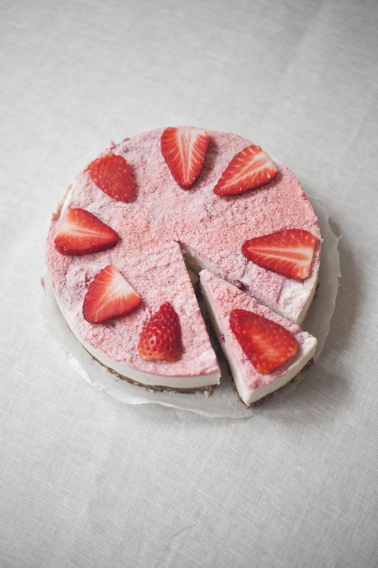 raw strawberry swirl cheesecake // spring menu // by Wij Zijn Kees // www.ilovesla.com
