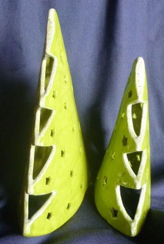 Jetzt gibt es etwas für alle,die auch an Weihnachten und in der Zeit drumherum lieber etwas auffallende Farben mögen. Diese beiden Tannenbäume sind aus Keramik . Ich habe sie...