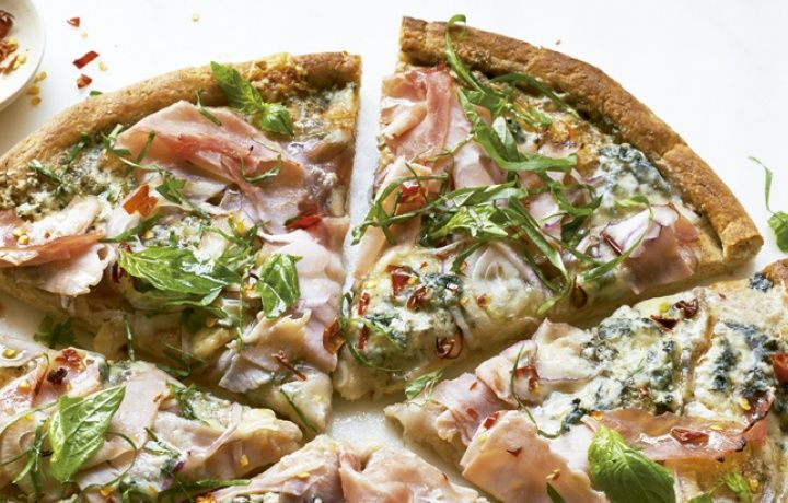 Pizza de presunto com gorgonzola