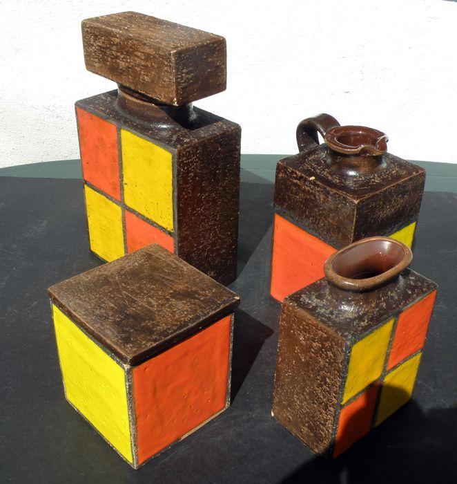 Onbekende ontwerper - Set van 4 vintage containers - geëmailleerde keramische  jaren 1960/jaren 1970 Italië - zeldzame set 4 containers in geëmailleerde keramische - prachtige geometrische/abstracte decoratie - gemaakt en ingericht met de hand.De partij bestaat uit:1. fles met rechthoekige GLB. Afmetingen: Hoogte: 255 cm Base: 15 x 8 cm.2. vaas met rechthoekige basis. Afmetingen: Hoogte 15 cm. Base: 10.5 x 6.5 cm.3. pot met deksel en vierkante basis. Afmetingen (deksel inbegrepen): hoogte 11…