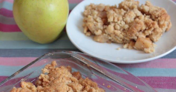 Crumble de manzana.  Receta de crumble de manzana.  Los términos crumble y cobbler denominan a una familia de postres caseros compuestos de fruta horneada cubiertas de una costra crujiente, como de galleta o base de tarta hecha a base de azúcar, harina y mantequilla, y a que puede incorporar también otros ingredientes como frutos secos o avena.  Pueden elaborarse con cualquier fruta que se cueza bien: manzana, peras, ciruelas, melocotón, albaricoque, ruibardo, frutos rojos.