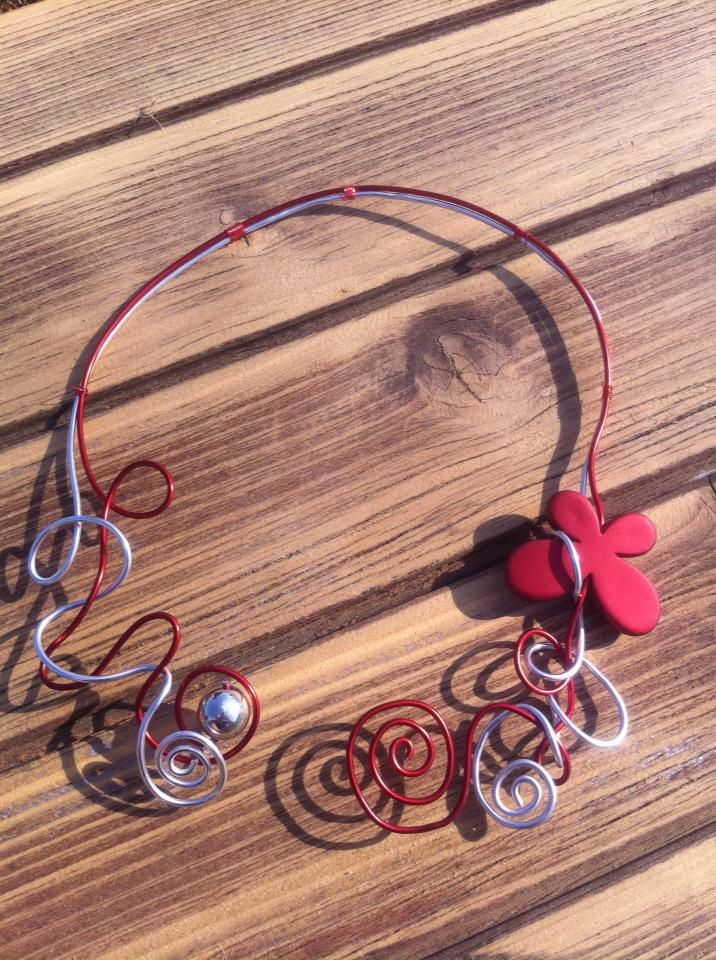 Collier n°020  Avec deux fils d'aluminium de couleur argenté et rouge, ainsi que ces perles de la même couleurs  Retrouvez ce modéle sur ma page facebook : https://www.facebook.com/olivia.creation.5