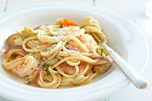 Les crevettes, champignons, oignons et cœurs d'artichauts sont cuits dans une vinaigrette italienne, puis mélangés à des pâtes et du parmesan pour constituer un plat appétissant.