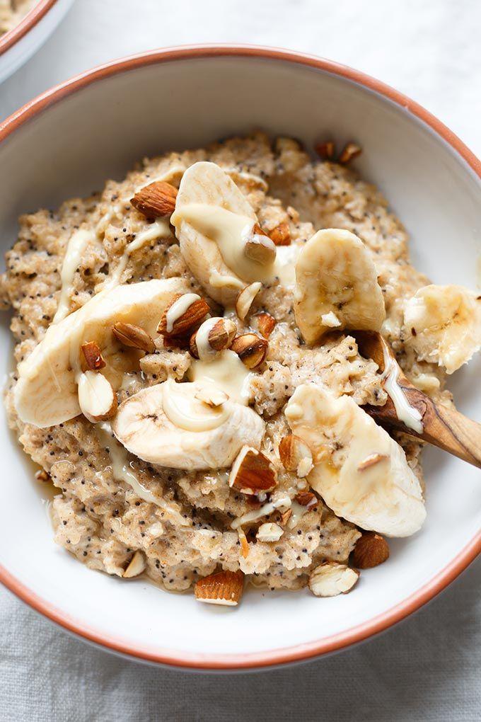 Bananen-Zimt-Porridge mit Ahornsirup, Mandeln, Mohn und kernigen Haferflocken. Dieses 15-Minuten Rezept ist einfach, natürlich süß und UNGLAUBLICH gut!